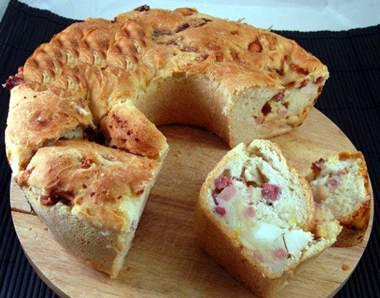 Il tortano è un tipico rustico napoletano che si prepara durante il periodo  di Pasqua. È molto simile al casatiello. La differenza è che nella ricetta  del